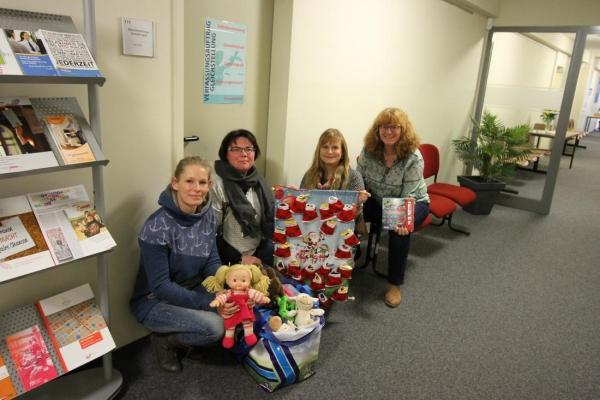 Übergabe Adventskalender und Spielzeugspenden