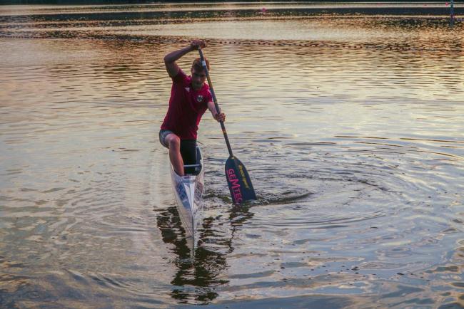 Conrad Scheibner im Kanu im Sonnenuntergang